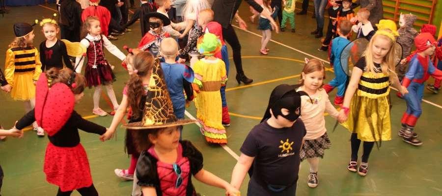 Uczniowie podczas karnawałowej zabawy