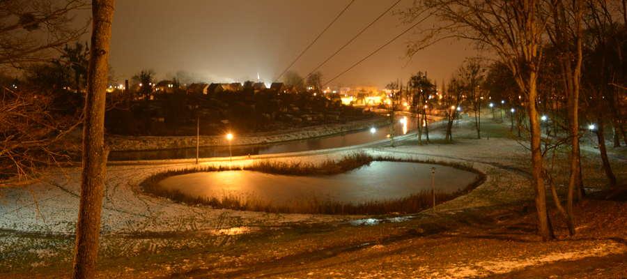 Park Elżbiety i słynne Serduszko wieczorem 7 grudnia 2016 r.