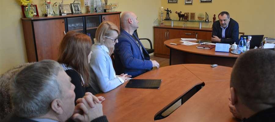 Przedstawiciele protestujących rodziców na spotkaniu z burmistrzem Olecka