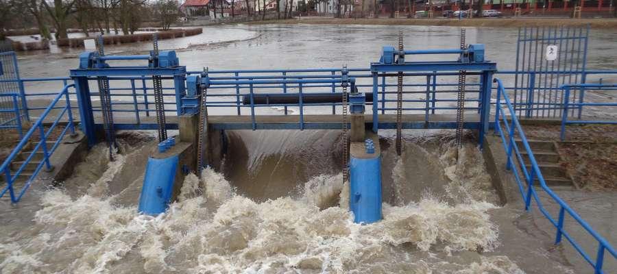 Podniesiony został jaz, aby obniżyć poziom wody w rzece.