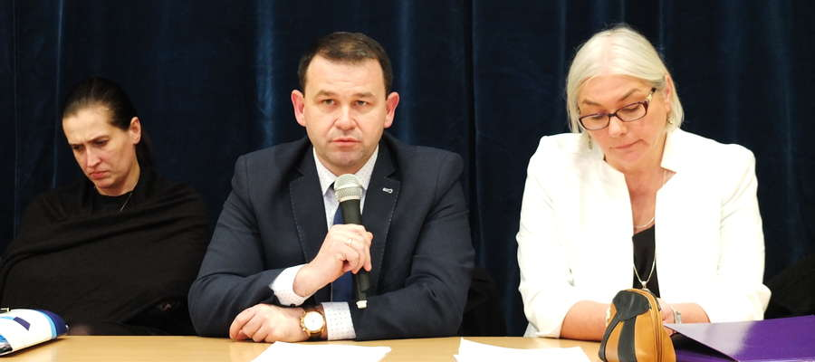 Arkadiusz Dobek, wójt gminy Biskupiec przedstawił swój pomysł na reformęoświaty w gminie.