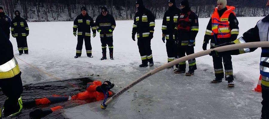 Ćwiczenia strażaków- ochotników z OSP Susz, Kisielice i Goryń na lodzie
