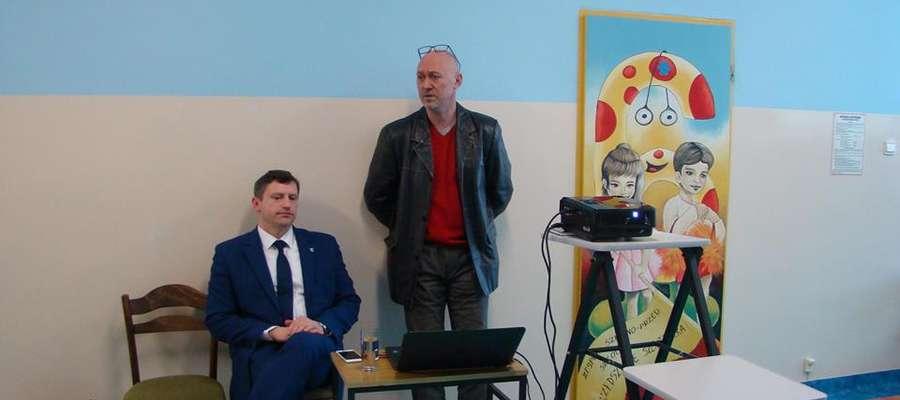 W spotkaniach uczestniczą burmistrz Jacek Wiśniowski oraz fizjoterapeuta dr Jaremi Sciepurko. Odpowiadają na wszystkie pytania rodziców