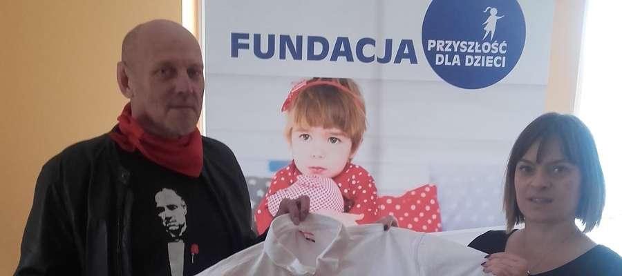 Przemysław Kurszewski przekazuje Iwonie Żochowskiej-Jabłońskiej koszulkę mistrza olimpijskiego Tomasza Majewskiego