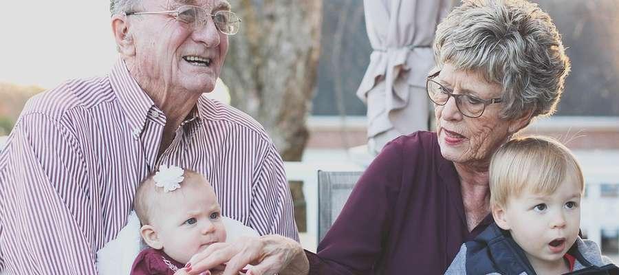 Dziadkowie mogą stać się dla wnuków nie tylko opiekunami, ale także nauczycielami i przewodnikami.