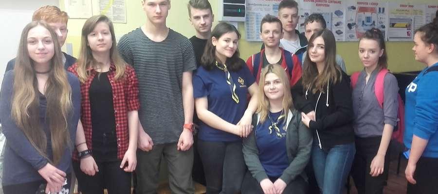 Grupa uczniów uczestnicząca w warsztatach z zakresu prozy