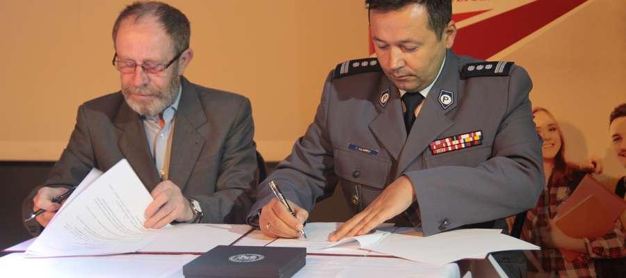 Dr Andrzej Zduniak i insp. Tomasz Klimek podpisują porozumienie o współpracy Wyższej Szkoły Bezpieczeństwa i Komendy Wojewódzkiej Policji w Olsztynie