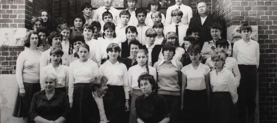 Henryk Wobalis na zdjęciu z prawej, w czarnym garniturze.