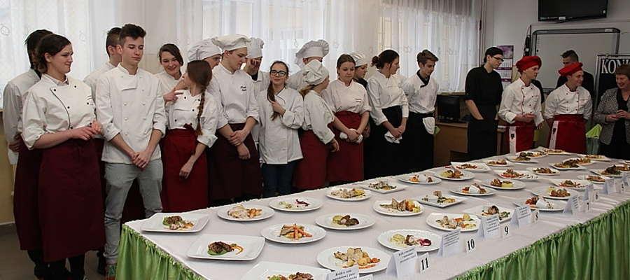 Uczestnicy konkursu gastronomicznego w ZSZ w Giżycku