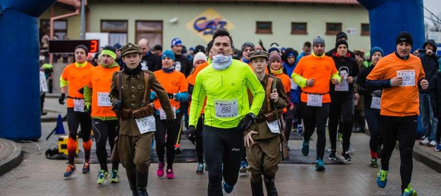 Kamil Jędrzejewski (animator sportu w CSiR Susz) poprowadził bieg honorowy na dystansie 1963 metrów