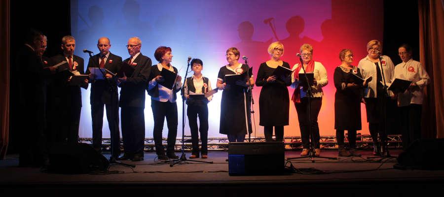 Zespół wokalny dorosłych Mozaika śpiewa już 5 lat. Zdjęcie z uroczystości z okazji Święta Niepodległości 2016 r. w ośrodku kultury w Bisztynku.