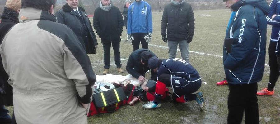 Piłkarz doznał urazu głowy i musiała go zabrać karetka pogotowia.