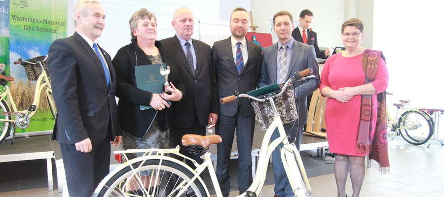 Pani Teresa (druga z lewej) w ubiegłym roku wygrała w swojej gminie. Na zdjęciu m. in. z burmistrzem Stanisławem Siwkowskim, starostą Andrzejem Wiczkowskim i Zofią Stankiewicz z Izby Rolniczej