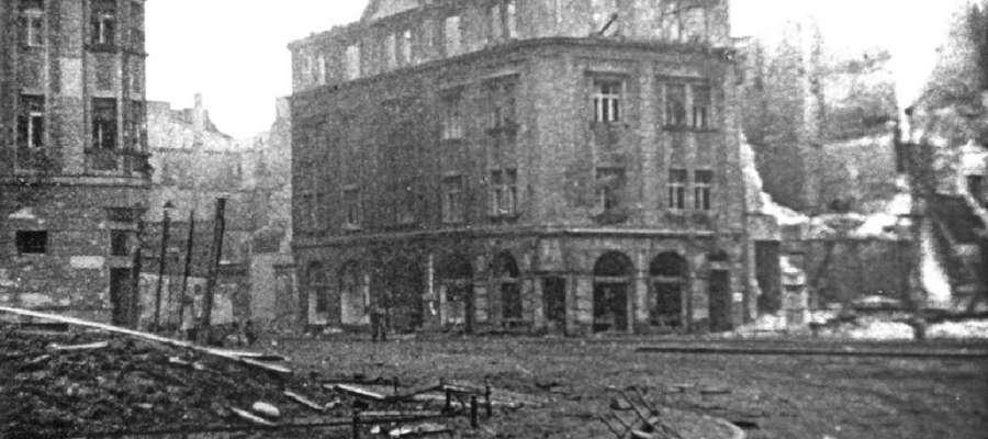 """Część dzisiejszego Placu Słowiańskiego, z wejściem w ulicę 1 Maja. Po lewej narożnik dawnego Dresdener Ban. Po prawej, w tej zniszczonej prawie do parteru kamienicy, po jej odbudowie, miał swoje podwoje znany sklep """"Gallux"""""""