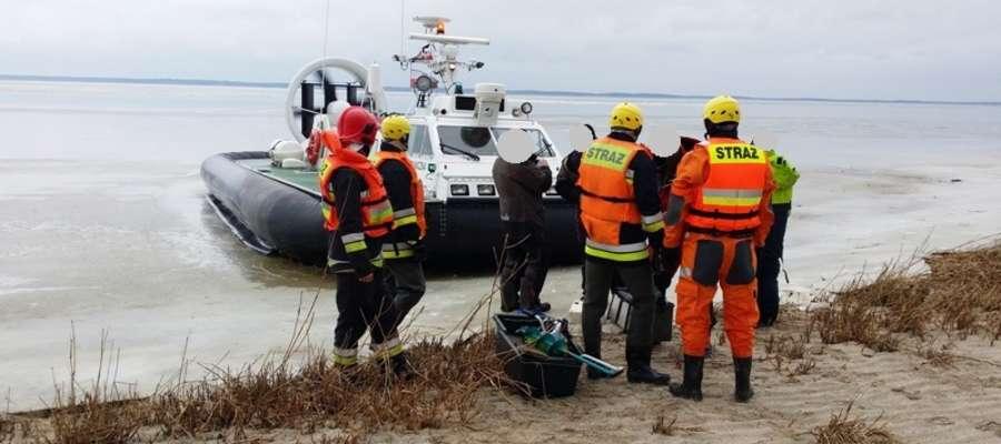 Wędkarze utknęli na krze lodowej. W akcji strażacy i poduszkowiec SG