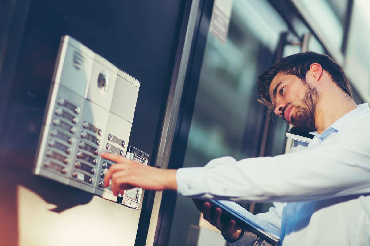 Coraz częściej w budynkach wielorodzinnych instalowane są domofony całkowicie zautomatyzowane, wyposażone w kamerki i ekran - full image