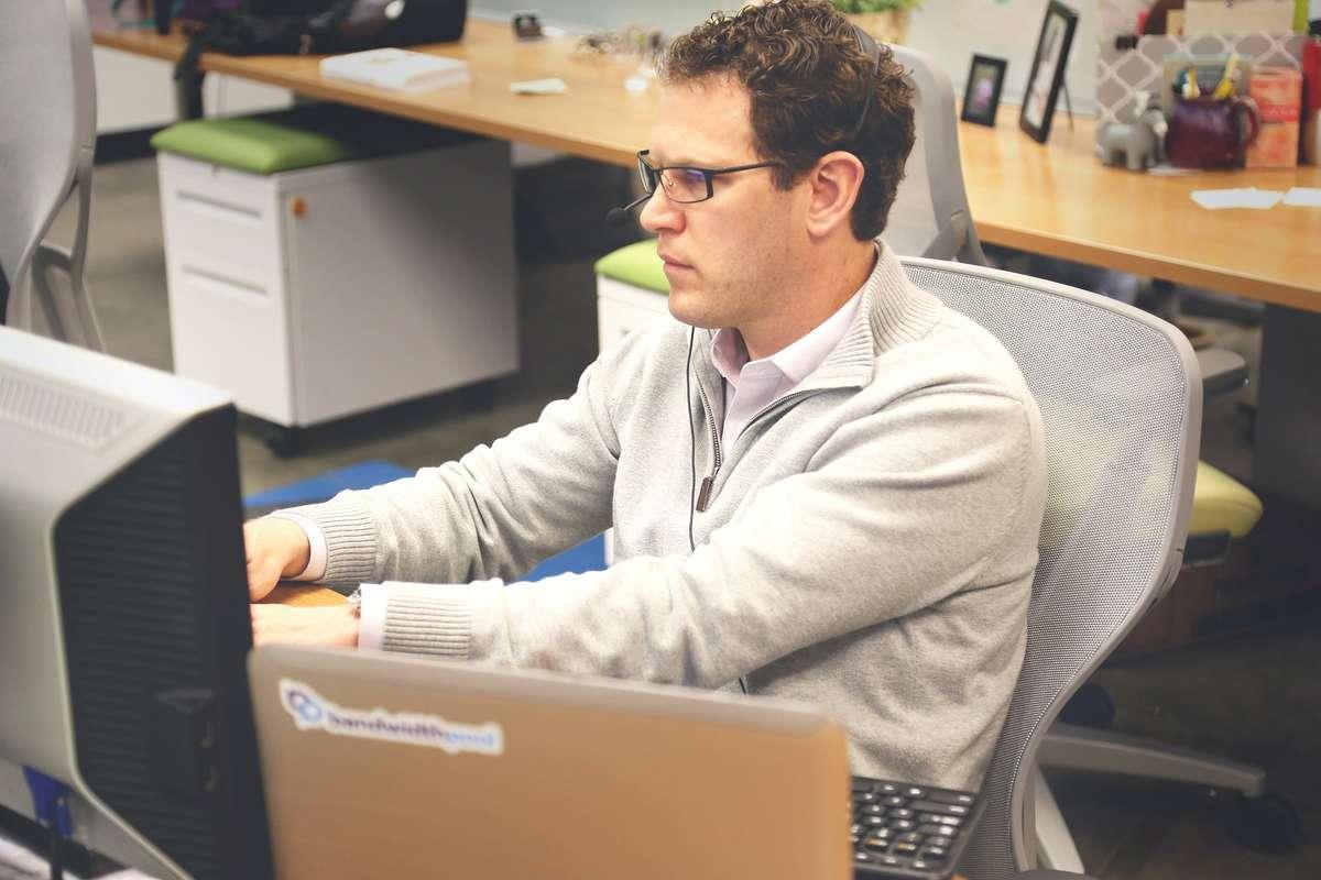 Pracujesz przy komputerze? Sprawdź, jak uniknąć problemów zdrowotnych - full image