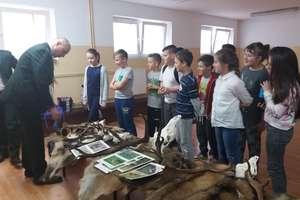 Nietypowe lekcje historii i przyrody w szkole w Tuszewie