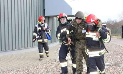 Strażacy gasili pozorowany pożar w jednostce wojskowej