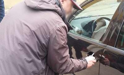 Niemowlę zatrzaśnięte w samochodzie. Interweniowali policjanci ze ślusarzem