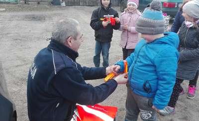 Dostali odblaski od barczewskich policjantów