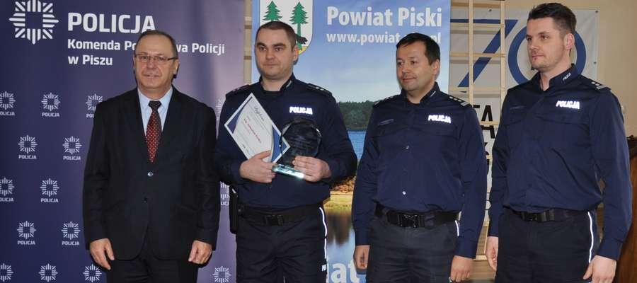 (od lewej) Starosta piski Andrzej Nowicki, asp. Sebastian Ferdyn, insp. Tomasz Klimek oraz mł. insp.  Radosław Drach