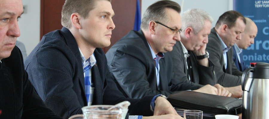 Radny Dominik Stopczyński dopytywał, kto popełnił błąd przy sporządzaniu planów.