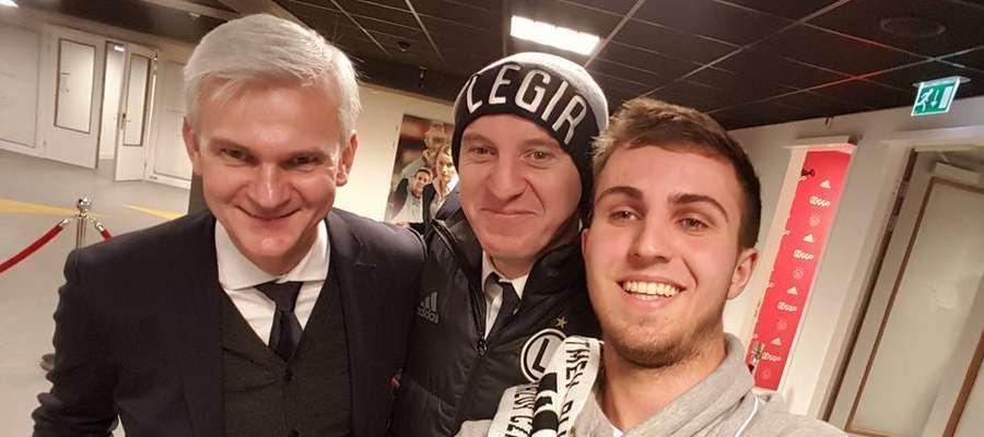 Błażej Łukaszewski w towarzystwie legionistów, trenera Jacka Magiery i Aleksandra Vukovicia (mecz Ajax - Legia)