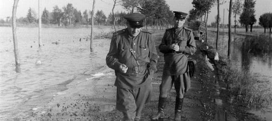 Jesień 1945 r.: oficerowie sowieccy na zalanych Żuławach pod Elblągiem