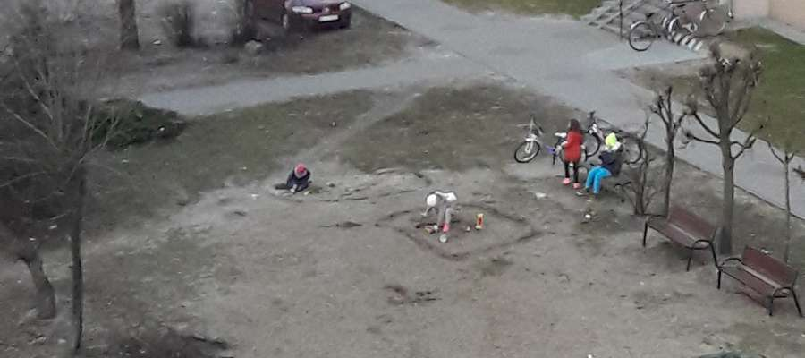 Zdjęcie wykonane telefonem przez naszą czytelniczkę. Prowizoryczna piaskownica służyła dzieciom tylko kilka dni, bo ostatnie deszcze rozmyły ją