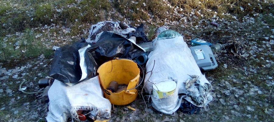Wśród śmieci znajdują się między innymi opakowania po środkach chemicznych.