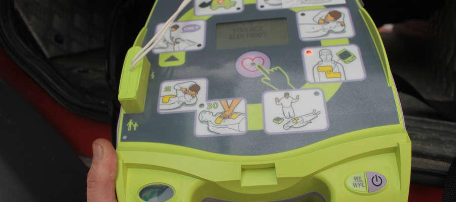 To niewielkie urządzenie może uratować komuś życie. Jest dziecinnie proste w obsłudze. Mają je na wyposażeniu strażacy OSP w Bisztynku.