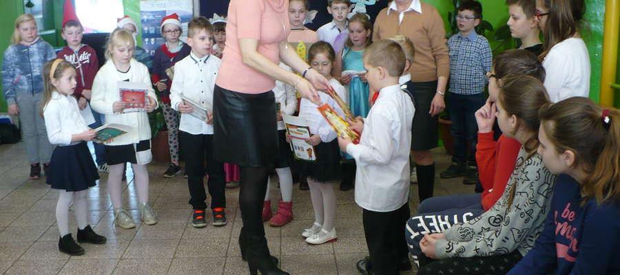 Dyrektorka szkoły wręczyła pierwszakom pamiątkowe dyplomy i książeczki