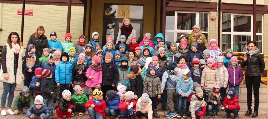 Przedszkolaki i ich panie na wiosnnej fotografii