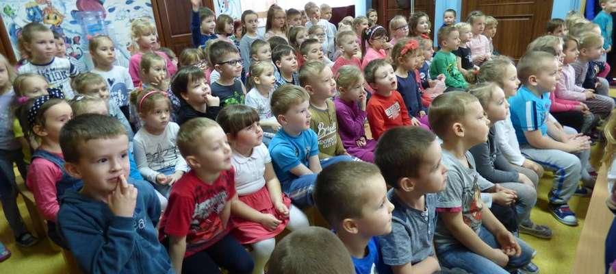 Zasłuchana młoda widownia w nowomiejskim przedszkolu