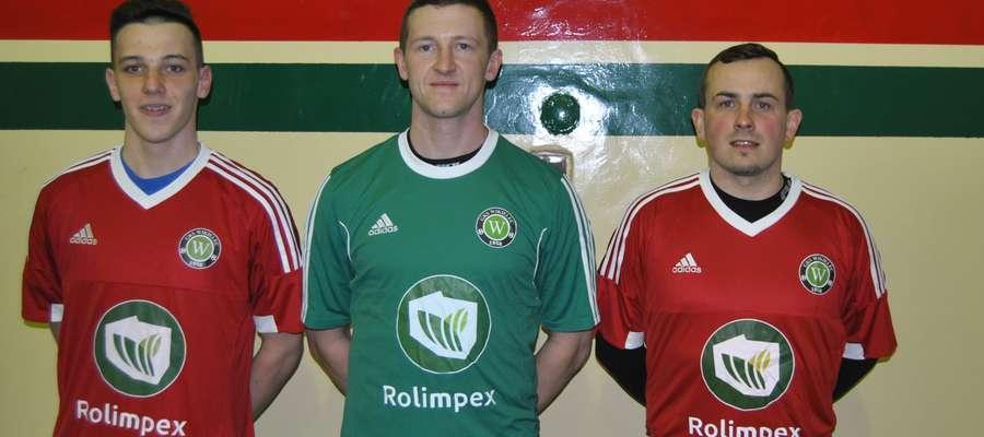 Na zdjęciu od lewej strony Karol Roszkiewicz, Krzysztof Filipek i Patryk Klofik — nowi piłkarze GKS-u Wikielec