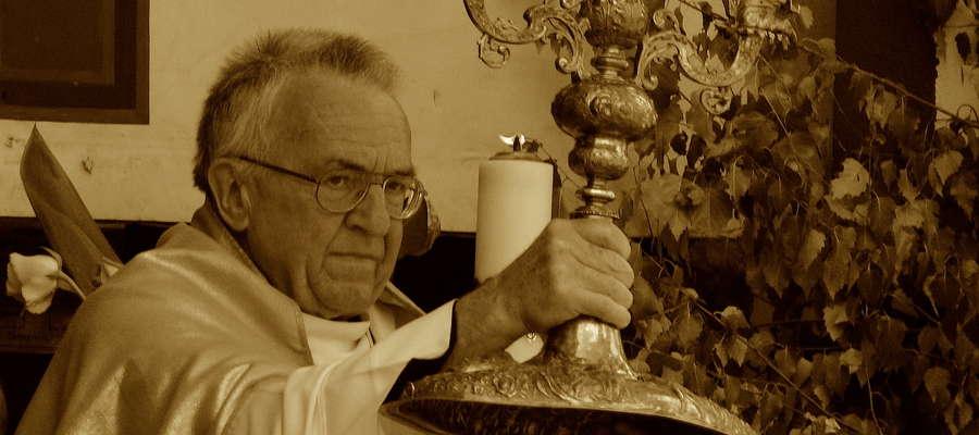 Ks. Zenon Skomski podczas procesji Bożego Ciała