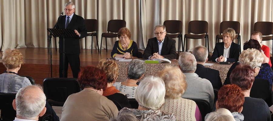 Lech Bpber (na zdjęciu przy mikrofonie) zaprasza na spotkanie