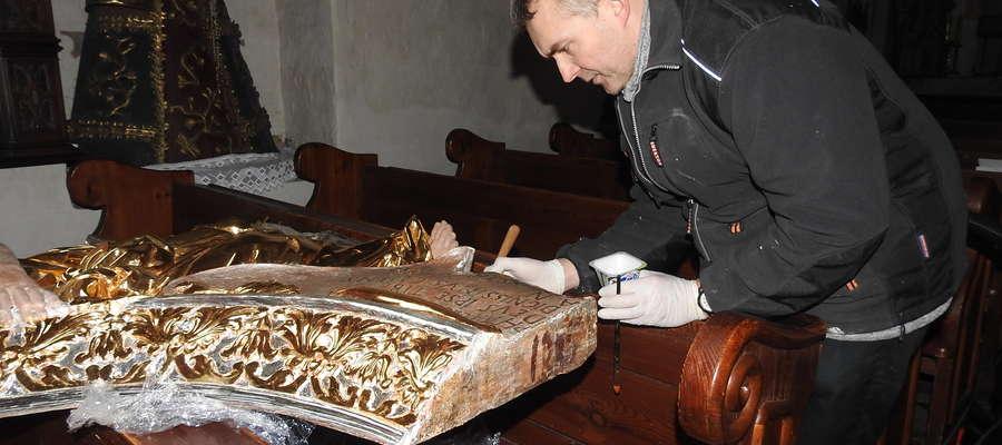 Pracami konserwatorskimi zajął się Andrzej Jarmiłko, który teraz montuje ołtarz