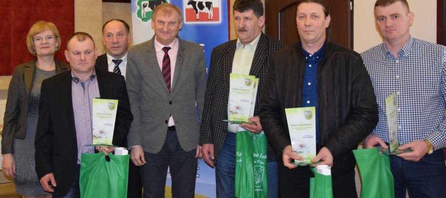 Wyróżnieni hodowcy bydła i producenci mleka na pamiątkowym zdjęciu z wójtem Gminy Iława Krzysztofem Harmacińskim
