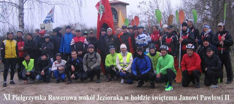Na zdjęciu uczestnicy pielgrzymki rowerowej i kajakowej w 2015 roku