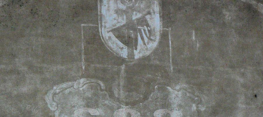 Herb Bisztynka z 1985 roku namalowany na szczytowej ścianie przy ul. Sienkiewicza.