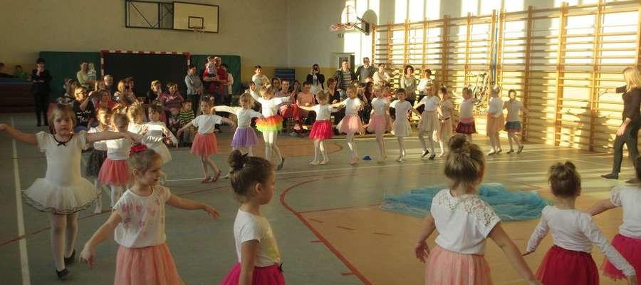 Podczas występu młodych baletnic w szkole