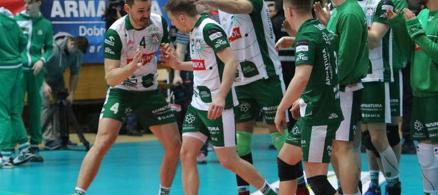 Paweł Woicki wywołany przez spikera rusza po odbiór statuetki dla MVP meczu z Cuprum
