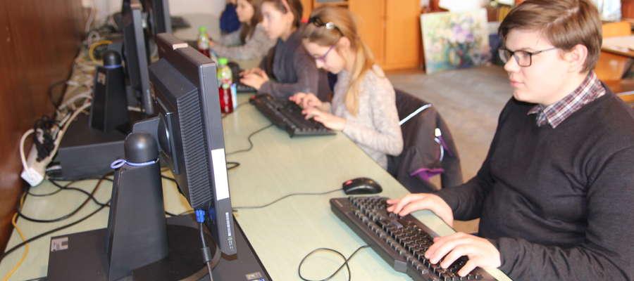 Podczas warsztatów uczestnicy zdobywają wiedzę z wielu zagadnień sztuki dziennikarskiej. Poznali budowę gazety oraz zasady używane podczas pisania artykułów