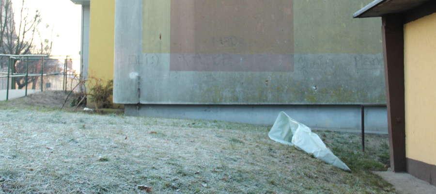 Zwłoki mężczyzny znaleziono w pobliżu jednego z bloków przy ul. Nowowiejskiej w Giżycku