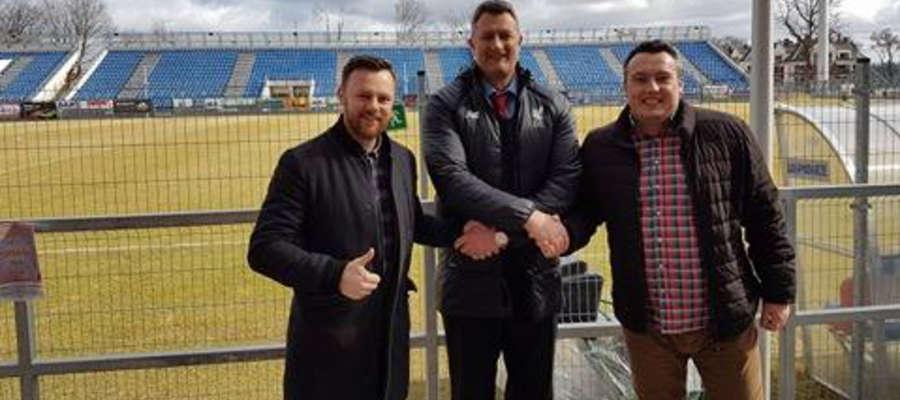 Od lewej Maciej Czerkawski, dyrektor OCSiR, Andrew Powlesland, szef operacyjny Liverpool FC i Damian Sasiak, który ściągnął do Ostródy drużynę z Liverpoolu