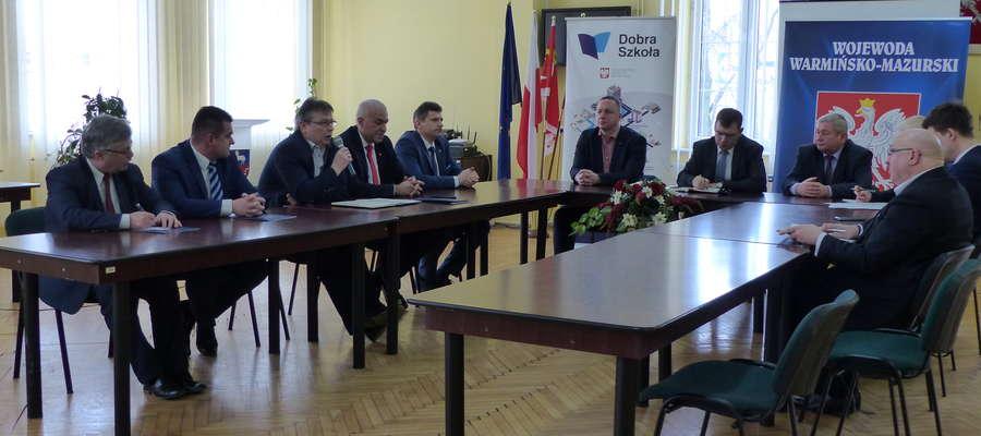 Wojewoda Artur Chojecki spotkał się w starostwie z przedstawicielami samorządów i dyrektorami szkół powiatu lidzbarskiego