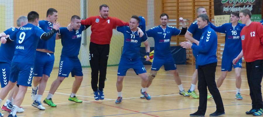 Radość piłkarzy ręcznych Jezioraka po końcowej syrenie meczu z Borowiakiem