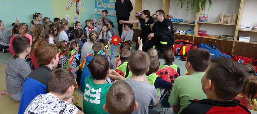 Przedszkolaki i uczniowie z Kiwit pierwszy dzień wiosny przywitali ze strażakami